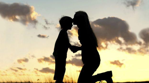 Por que uma frase aparentemente amorosa pode aprisionar seu filho?
